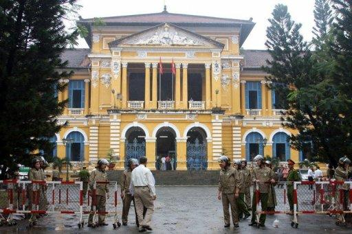 <p>This file photo shows policemen standing guard in front of Ho Chi Minh City People's Court House, in 2010. Hundreds of police surrounded a court in Ho Chi Minh City on Monday for the opening of the trial of three bloggers, including one whose case has been raised by US President Barack Obama.</p>
