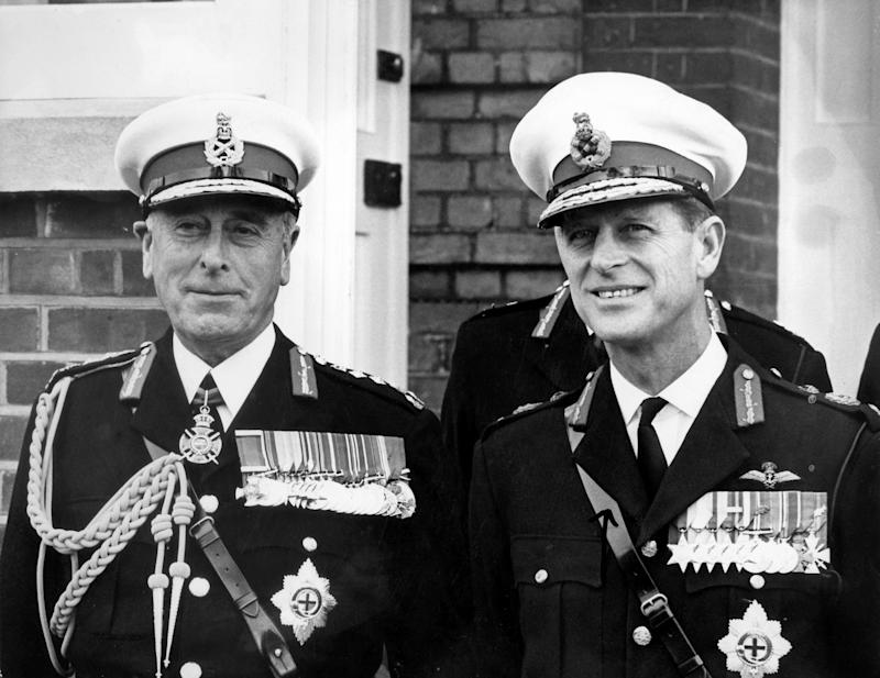 Prinz Philip von Großbritannien, Herzog von Edinburgh und Gatte der Queen (r), und sein Onkel, der britische Großadmiral und letzte Vizekönig von Indien, Lord Louis Mountbatten, bei einer Parade der Königlichen Marine in Eastney, Southsea am 27.10.1965. Louis Francis Albert Victor Mountbatten, 1. Earl of Burma, wurde am 25.6.1900 in Frogmore House in Windsor geboren. Er starb am 27. 8.1979 nahe Mullaghmore im irischen County Sligo an Bord seiner Yacht durch ein Bombenattentat, das von Randgruppen der irischen Terror-Organisation IRA auf ihn verübt wurde. | usage worldwide (Photo by Central Press/picture alliance via Getty Images)