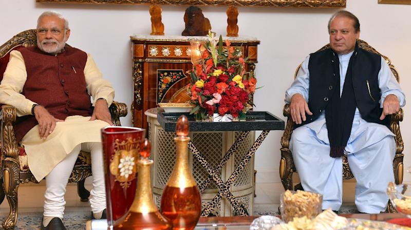 Indian Prime Minister Narendra Modi (L) and Pakistan Prime Minister Nawaz Sharif meet in Lahore on December 25, 2015 (AFP Photo/)