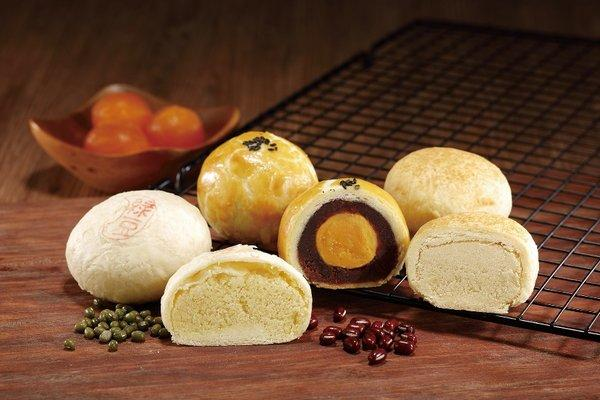 Yu Jan Shin also makes several other traditional Chinese desserts, among them, Yolk Cake, Mung Bean and Black Sesame Pastry, Mung Bean and Meat Pastry, Momoyama Custard Mooncake, Nougat as well as Chinese Date & Walnut Candy, all of which have proven highly popular with tourists.