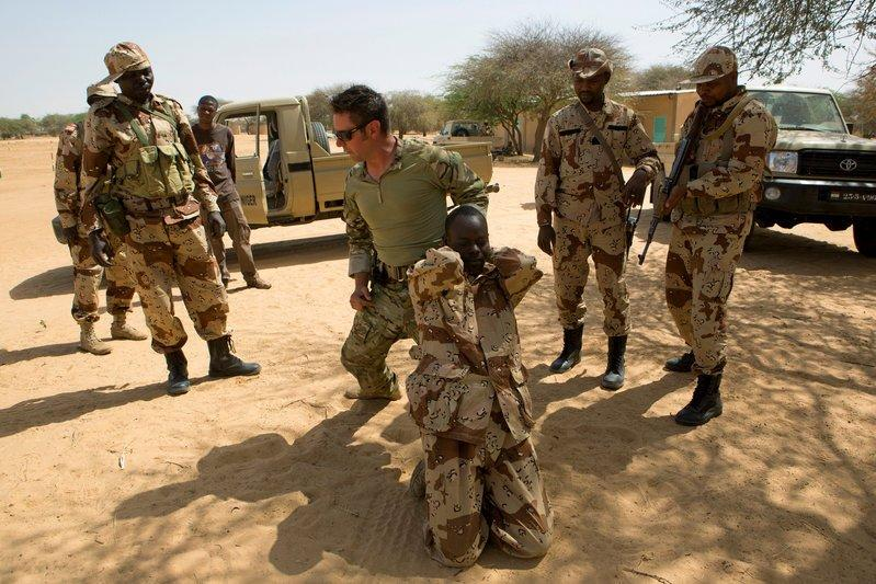 FILE PHOTO: A U.S. special forces soldier demonstrates how to detain a suspect during Flintlock 2014, a U.S.-led international training mission for African militaries, in Diffa, Niger March 4, 2014. REUTERS/Joe Penney/File photo