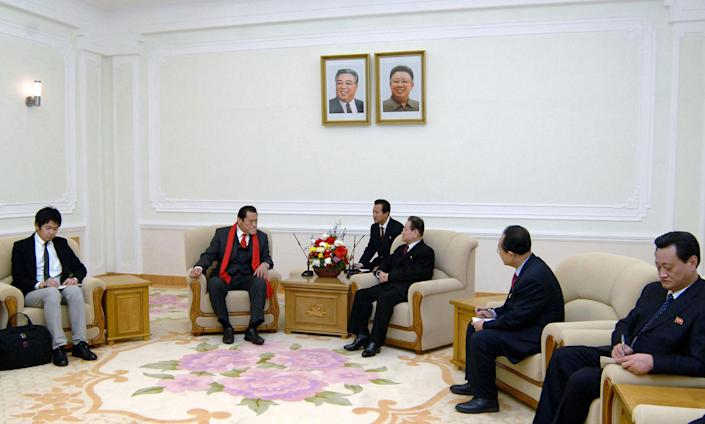 Japanese wrestler-turned-politician Kanji Inoki (2nd L) talks to Kim Yong-Il (3rd R), secretary of the Central Committee of the Workers' Party of Korea and an advisor to the North Korea-Japan Friendship Association in Pyongyang, on January 15, 2014 (AFP Photo/)
