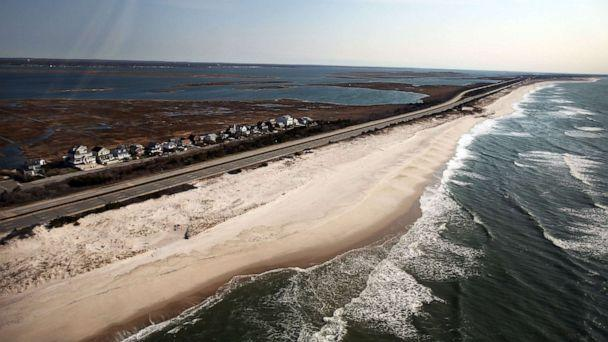 PHOTO: In this April 15, 2011, file photo, the area near Gilgo Beach and Ocean Parkway on Long Island is shown where police conducted a search after finding ten sets of human remains in Wantagh, NY. (Spencer Platt/Getty Images, FILE)