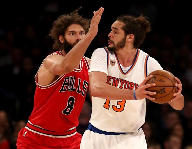 Robin Lopez of the Chicago Bulls tries to block Joakim Noah of the New York Knicks at Madison Square Garden on January 12, 2017 (AFP Photo/ELSA)