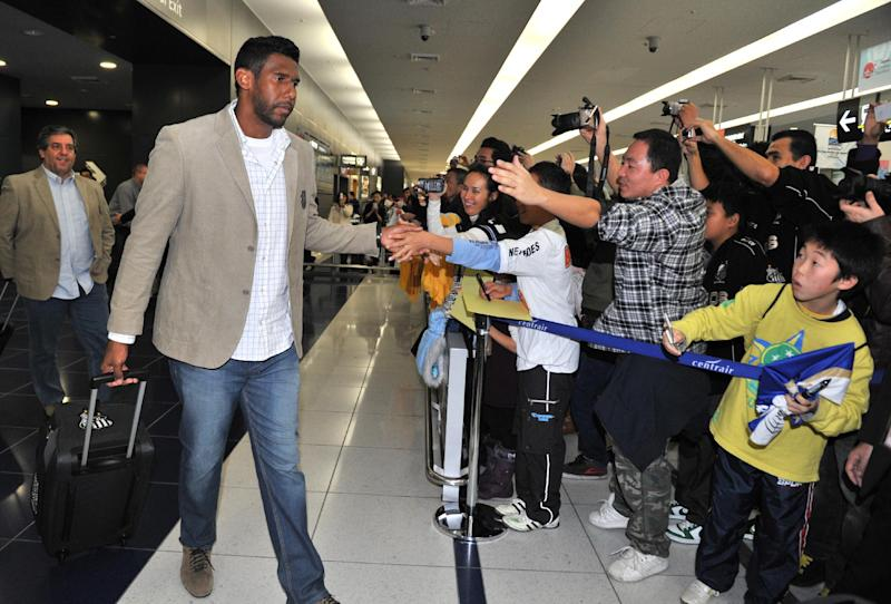 File picture shows Aranha (2L), goalkeeper with Brazilian club Santos FC, being welcomed by fans at Central Japan International Airport in Tokoname, Aichi prefecture on December 8, 2011 before the FIFA Club World Cup