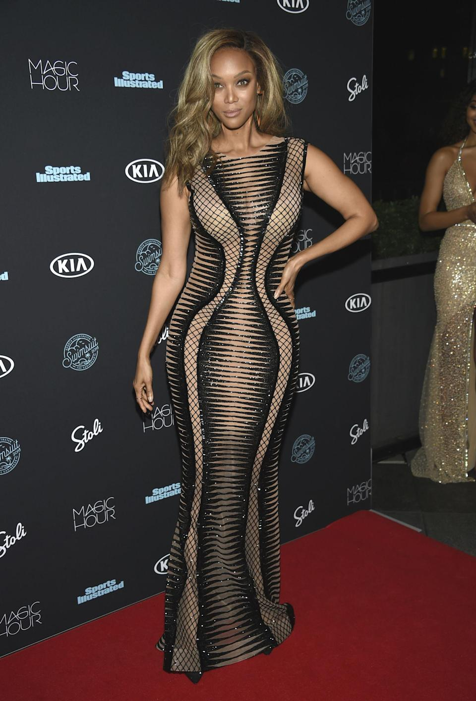 <p>Tyra Banks aún sigue teniendo un físico envidiable a sus 44 años y nos lo demostró en la <em>red carpet</em> de Sports Illustrated. (Foto: AP). </p>