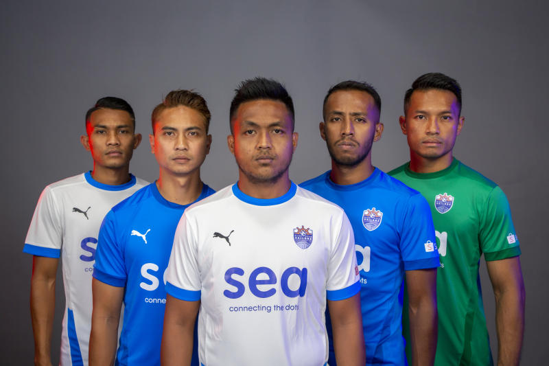 Lion City Sailors FC players pose in their new club colours. (PHOTO: Amirul Asyraf/Lion City Sailors FC)