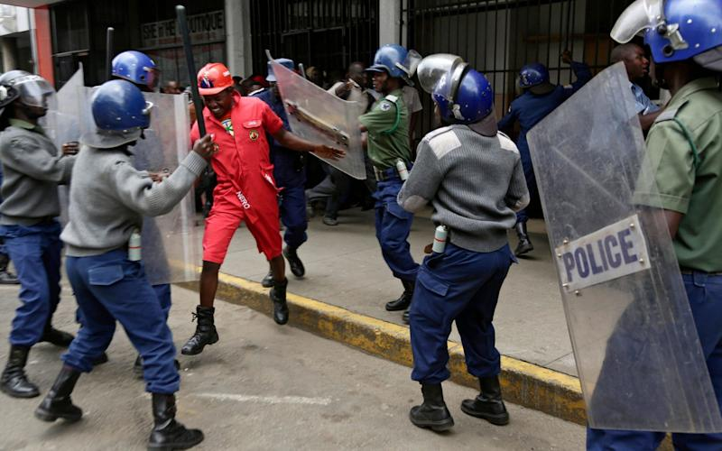 Zimbabwe police beat up protesting MDC supporters in Harare - REX