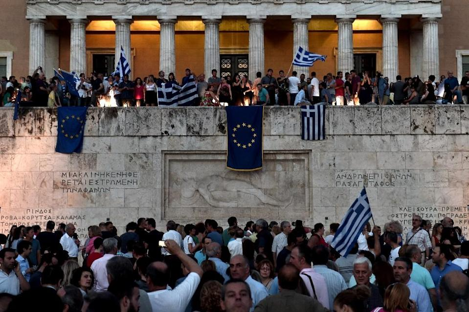 Protesters wave EU and a Greek flags during a pro-European demonstration in front of the Greek parliament in Athens on June 18, 2015 (AFP Photo/Aris Messinis)