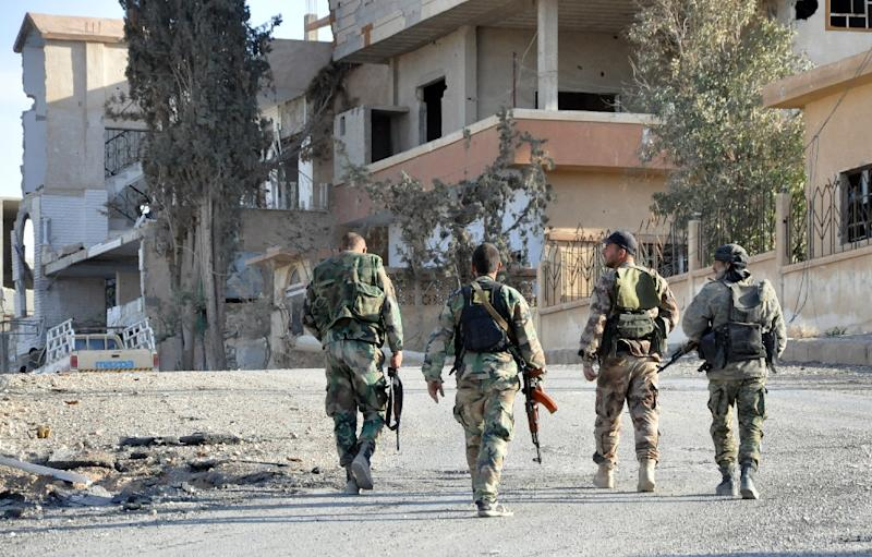 Syrian soldiers patrol the town of al-Quaryatain in Homs province, Syria, on April 3, 2016 (AFP Photo/)