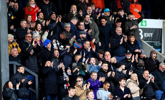 There were 4,942 fans in attendance at Meadow Lane
