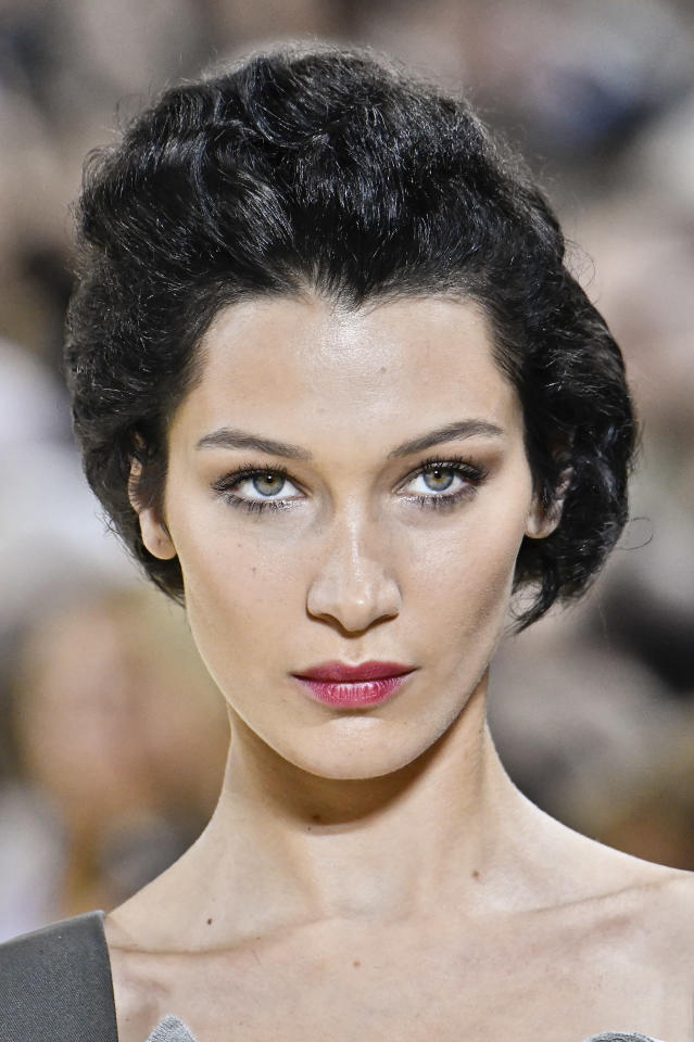 "Un team di scienziati del ""London Center for Advanced Facial Cosmetic & Plastic Surgery"" ha deciso: Bella Hadid è la più bella del mondo. Il suo volto, infatti, rispetta il canone della sezione aurea."