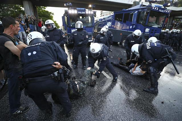 <p>German riot police detain protesters during the demonstrations during the G20 summit in Hamburg, Germany, July 6, 2017. (Photo: Pawel Kopczynski/Reuters) </p>