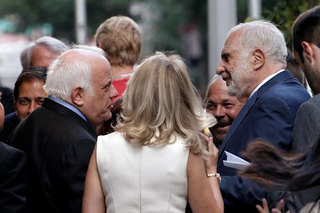 Investor Carl Icahn (R) stands outside the Le Cirque restaurant with others before a fundraising event for Republican presidential candidate Donald Trump in Manhattan, New York City, U.S., June 21, 2016. REUTERS/Mike Segar