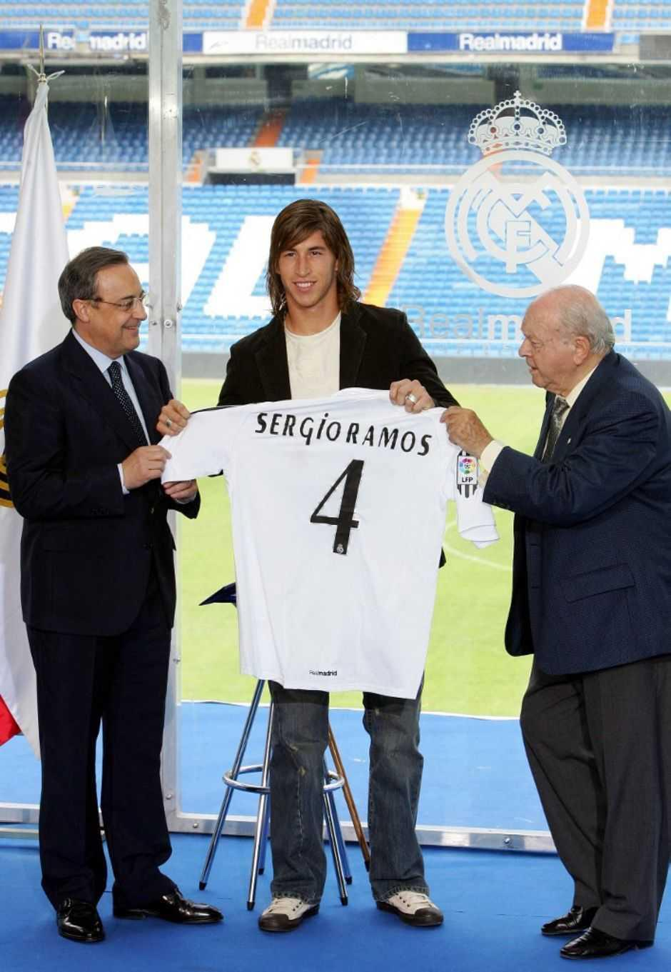 Real Madrid's president Florentino Perez (L) stands with new Spanish signing Sergio Ramos (C) and former Real Madrid player Alberto di Stefano as he is presented to the press at the Santiago Bernabeu stadium in Madrid, 08 September 2005. Ramos, formerly of Spanish club Seville was bought out of his contract for 27 million euros. The Ramos deal brings Real's summer spending on new players to 90 million euros.AFP PHOTO/PHILIPPE DESMAZES (Photo by PHILIPPE DESMAZES / AFP)