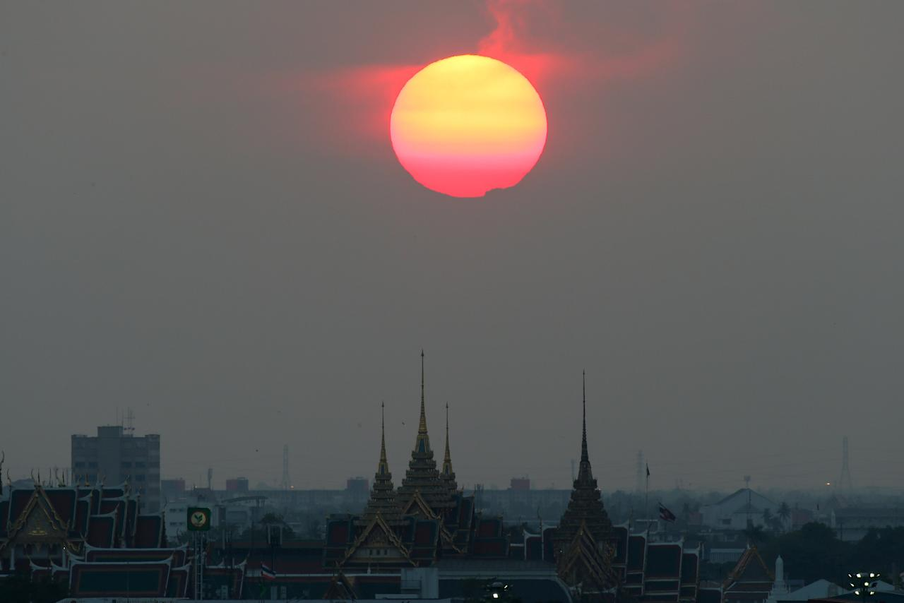 Sunset is seen near the Grand Palace in Bangkok, Thailand, February 21, 2018. REUTERS/Athit Perawongmetha     TPX IMAGES OF THE DAY