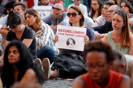 People demonstrate in support of French quadriplegic Vincent Lambert in Paris