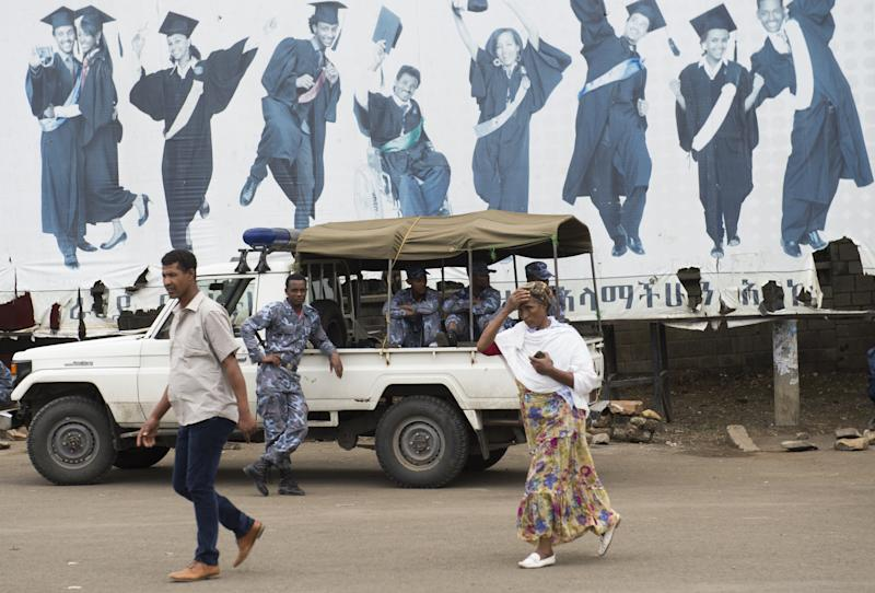 Members of the Ethiopian Federal Police and pedestrians pictured in the Ethiopian capital Addis Ababa on May 1, 2014 (AFP Photo/Saul Loeb)