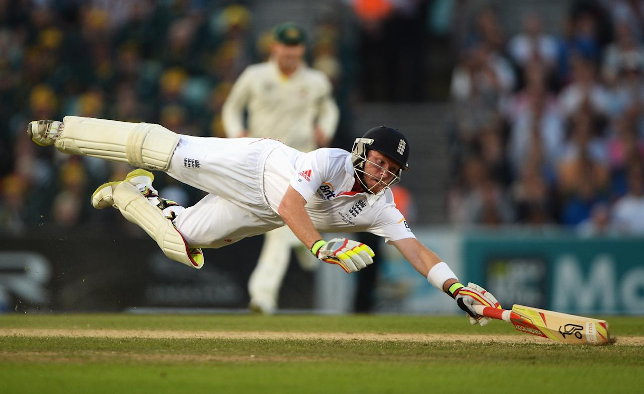LONDON, ENGLAND - AUGUST 25: Ian Bell of England dives as he is run out by Mitchell Starc of Australia during day five of the 5th Investec Ashes Test match between England and Australia at the Kia Oval on August 25, 2013 in London, England. (Photo by Gareth Copley/Getty Images)