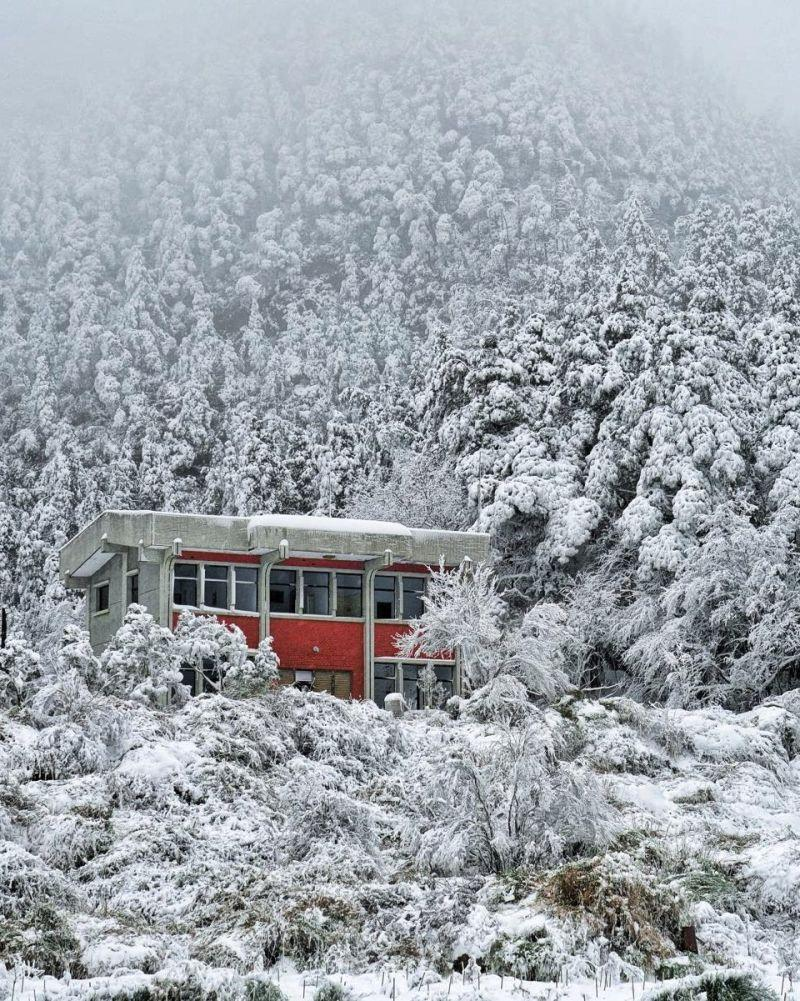 """The red building in the photo is located at Provincial Highway 8's """"Siyuan Pass."""" (Photo courtesy of 《深 ‧ 旅行》)"""