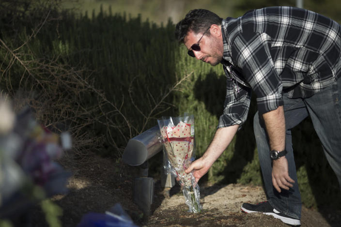 <p>David Sussman leaves flowers in memory of Nancy Reagan near the Ronald Reagan Presidential Library on Sunday. <i>(Photo: David McNew/Getty Images)</i></p>