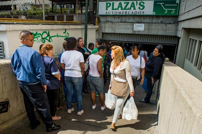 People queue outside a supermarket in Caracas, Venezuela, on February 3, 2015 (AFP Photo/Federico Parra)