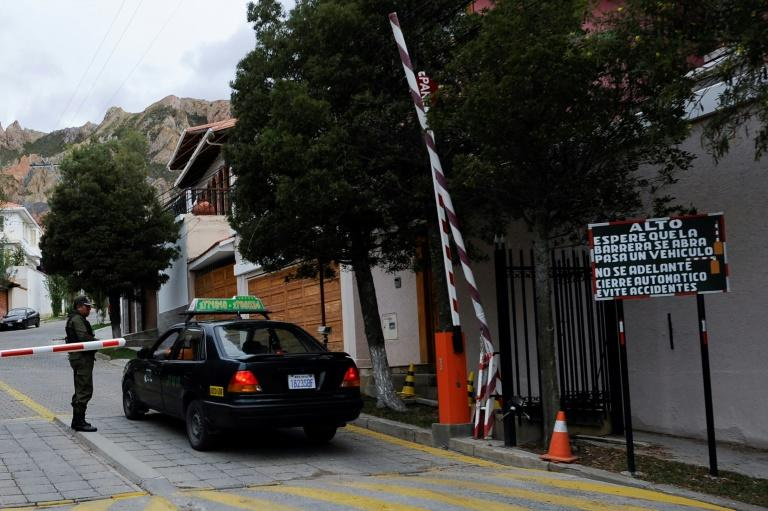A checkpoint at the main entrance of La Rinconada Development, where the residence of the Mexican embassy is located in La Paz (AFP Photo/Jorge Bernal)