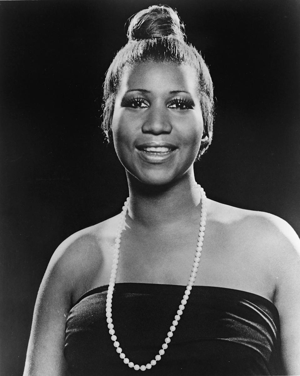 <p>Aretha Franklin wears a strapless dress, single pearl necklace, and slick topknot hairdo with lush eyelashes. (Photo by Hulton Archive/Getty Images) </p>