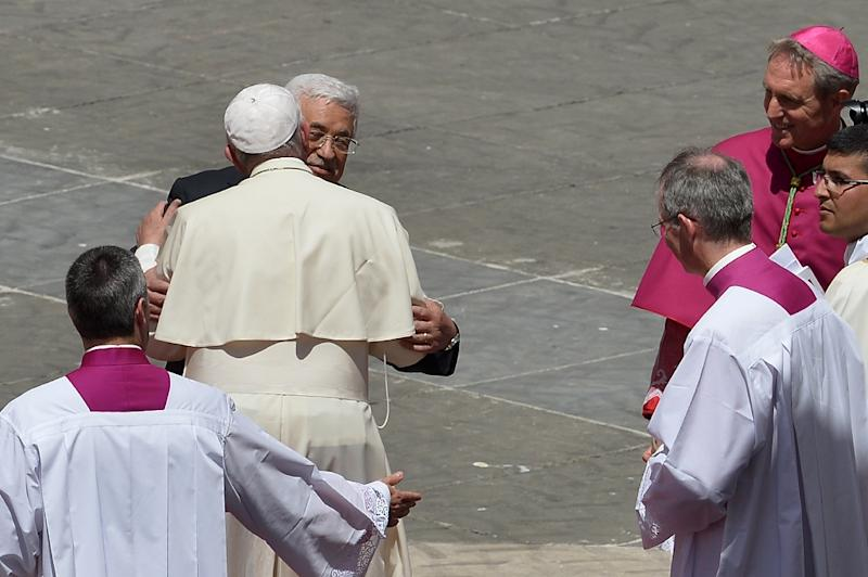 Pope Francis greets Palestinian authority President Mahmud Abbas at the end of a holy mass in St Peter's square on May 17, 2015 (AFP Photo/Alberto Pizzoli)
