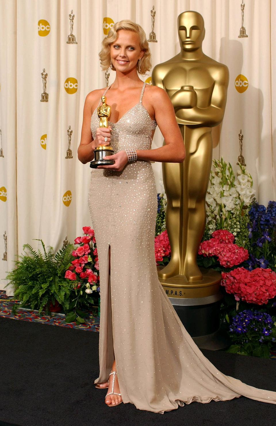 Charlize her Best Actress statue for her role in Monster. (Photo: Getty Editorial)