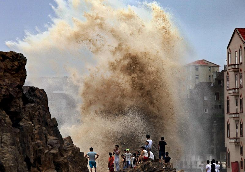 Residents watched huge waves stirred up by strong wind as Typhoon Soudelor approached China's mainland in Wenling, eastern Zhejiang province on August 8, 2015 (AFP Photo/STR)