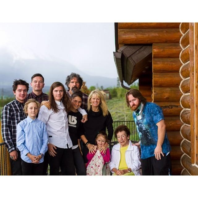 <p>The Gerard family isn't small. Gerard is the 6th out of seven siblings. He has two sisters and four brothers. </p>
