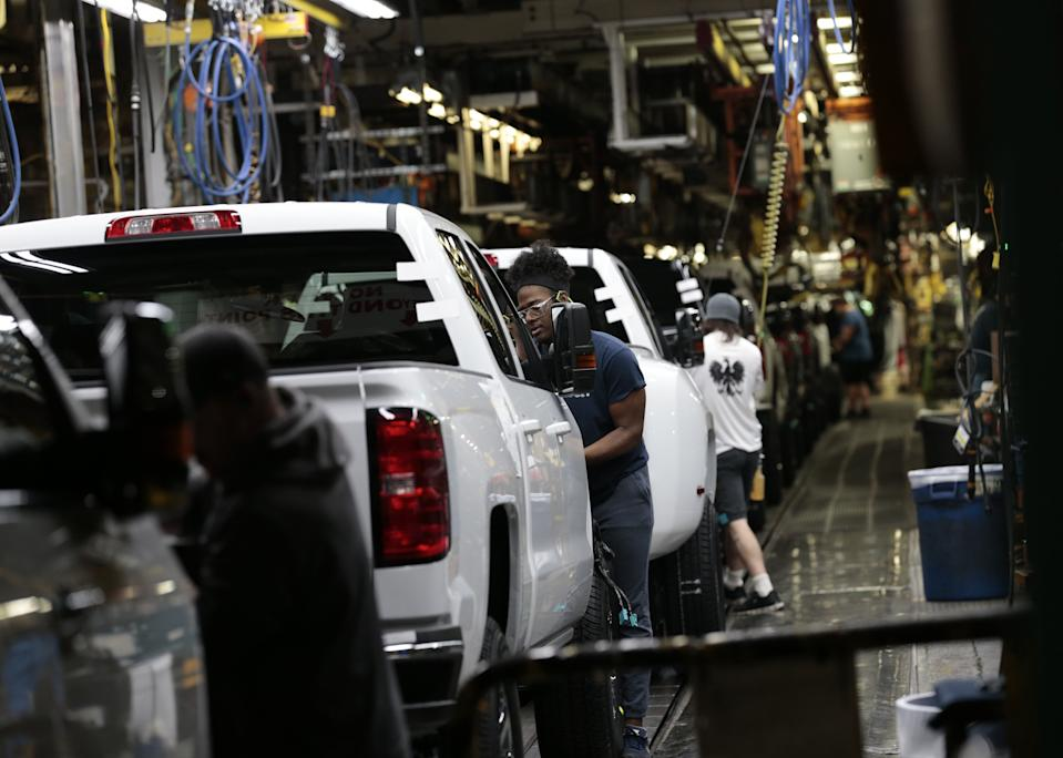 Workers inspect General Motors Co. (GM) Chevrolet 2019 Silverado HD and 2019 GMC Sierra HD pickup trucks on the assembly line at the GM plant in Flint, Michigan, U.S., on Tuesday, Feb. 5, 2019. GM is selling lots of expensive pickup trucks and sport utility vehicles in the U.S., which helped its average vehicle sales price hit a record $36,000. That played a big role in the better-than-expected quarterly earnings.Photographer: Jeff Kowalsky/Bloomberg via Getty Images