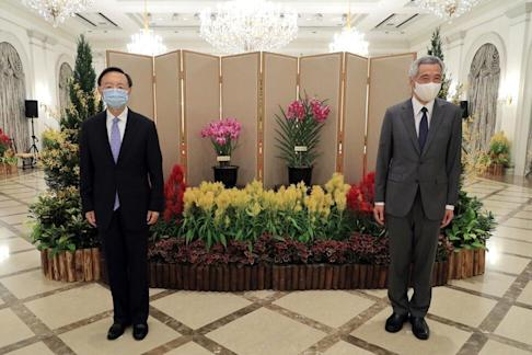 """China's top diplomat Yang Jiechi (left) meets Singapore's Prime Minister Lee Hsien Loong on August 20. Lee described the talks as """"fruitful"""". Photo: Ministry of Communications and Information, Singapore"""