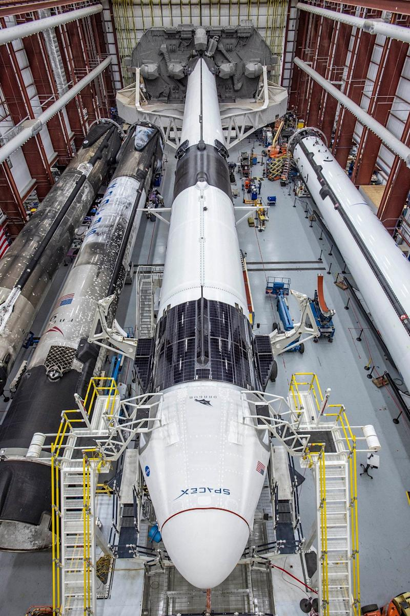 spacex crew dragon spaceship falcon 9 rocket demo2 demo 2 mission hangar kennedy space center ksc EYgh5jaWsAEBant