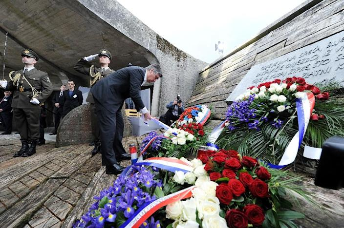 Croatian Prime Minister Zoran Milanovic lays a wreath of flowers at the Jasenovac memorial site during a ceremony for the tens of thousands of victims killed at the Jasenovac concentration camp, on April 26, 2015 (AFP Photo/)