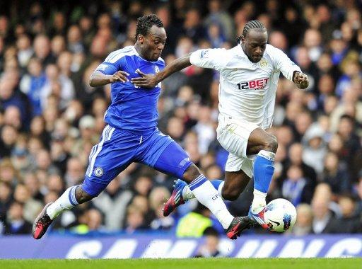 Victor Moses (right) vies with Chelsea's Ghanaian midfielder Michael Essien