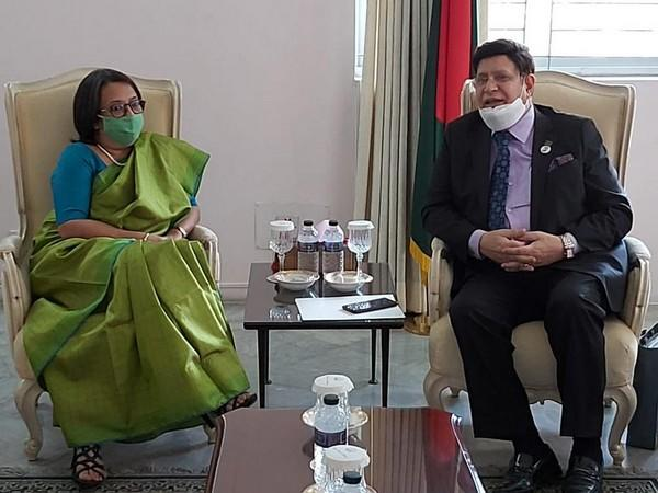 Bangladesh foreign minister AK Abdul Momen (R) and Indian High Commissioner Riva Ganguly Das