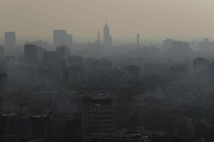 """<span class=""""caption"""">Situated on a plateau and surrounded by mountains, Mexico City – seen here in a haze on May 20, 2018 – is a 'bowl' that traps smog and dust.</span> <span class=""""attribution""""><a class=""""link rapid-noclick-resp"""" href=""""http://www.apimages.com/metadata/Index/Mexico-Pollution/bf0cb5c6c58140afa6693a2e8c0157cd/75/0"""" rel=""""nofollow noopener"""" target=""""_blank"""" data-ylk=""""slk:AP Photo/Marco Ugarte"""">AP Photo/Marco Ugarte</a></span>"""