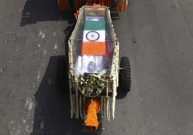 <p>The body of former Indian Prime Minister Atal Bihari Vajpayee, wrapped in the Indian national flag, is taken in full state honor to the Bharatiya Janata party office for people to pay their last respects in New Delhi. </p>