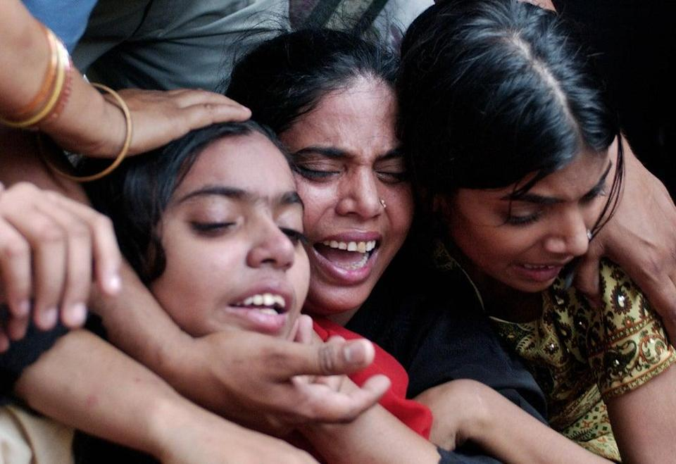 Relatives grieve the death of 45 year old Najma, a suspected dengue patient (AFP via Getty Images)