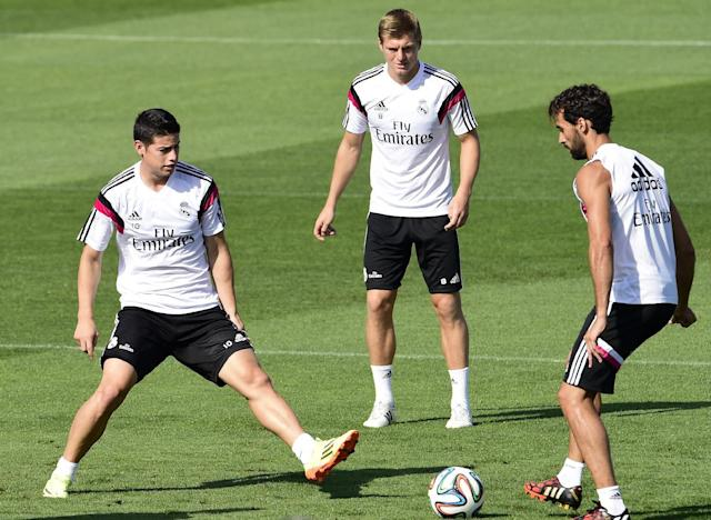 Real Madrid's James Rodriguez (L), Toni Kroos (C) and Alvaro Arbeloa take part in a training session in Madrid on August 18, 2014 (AFP Photo/Gerard Julien)