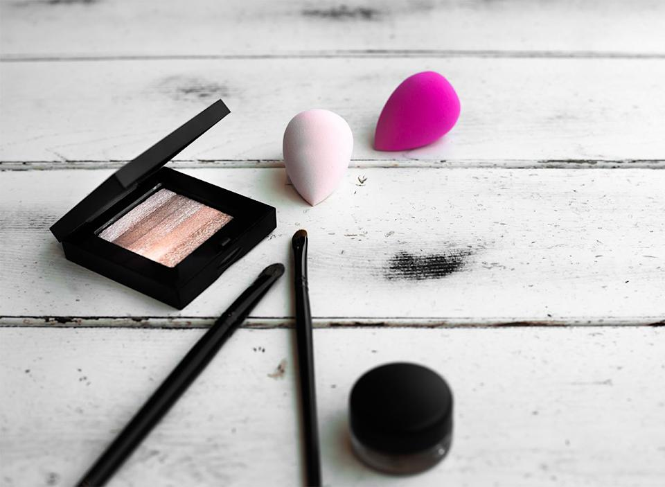 makeup sponges with eyeshadow palette and brushes