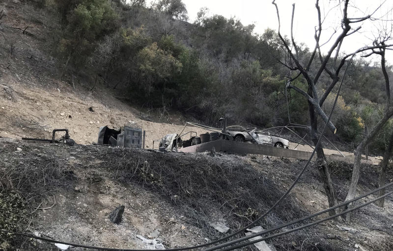 A burned-out structure and car in Southern California's Ojai Valley. (Matt Ferner / HuffPost)