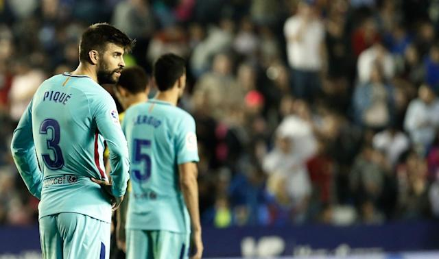 Gerard Pique and Sergio Busquets react during Barcelona's wild match at Levante. (EFE)