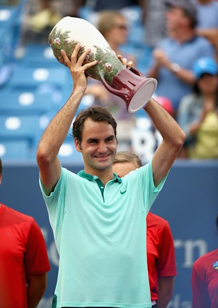 Roger Federer of Switzerland holds the winner's trophy after beating of David Ferrer of Spain during the finals of the Western & Southern Open on August 17, 2014 at the Linder Family Tennis Center in Cincinnati, Ohio (AFP Photo/Andy Lyons)
