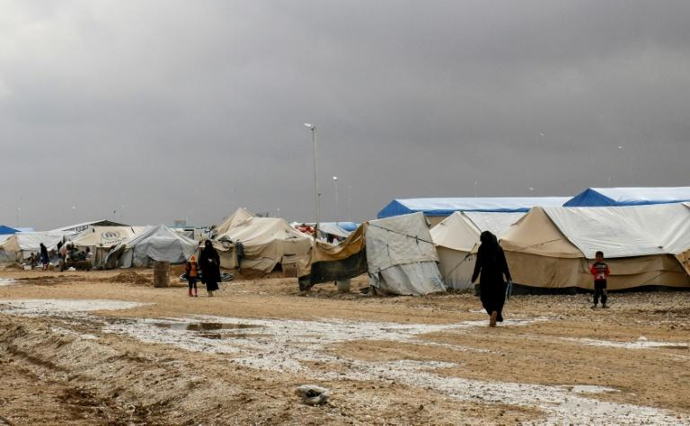 Syrians displaced from Deir Ezzor and its surroundings walk on November 15, 2018 through a camp in northeastern Hassakeh province