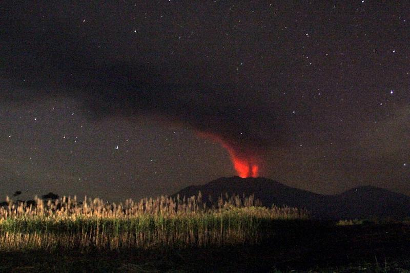 Mount Raung emits a column of ash, lava and steam as seen from Banyuwangi, located in eastern Java island, on July 12, 2015 (AFP Photo/)