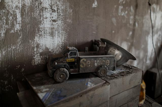 <p>A toy covered with ash lies inside a house affected by the eruption of the Fuego volcano at San Miguel Los Lotes in Escuintla, Guatemala, June 7, 2018. (Photo: Carlos Jasso/Reuters) </p>