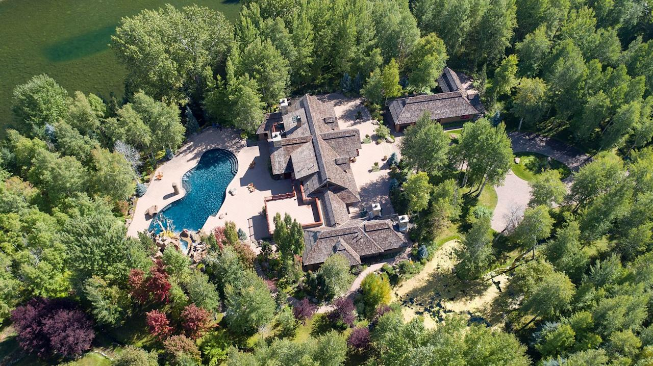 <p>The home sits on more than 20 acres of the Aspen Glade, with breathtaking views of the mountains.</p>